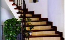 Cầu thang có phải ngược kim đồng hồ ?