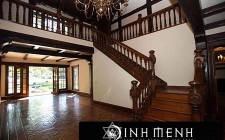 Cầu thang hướng ra cửa chính – Tiền của theo ra ngoài