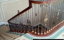 Cầu thang nhà ở tránh chạy thẳng ra cửa
