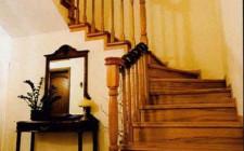 Hóa giải cầu thang hướng ra cửa chính