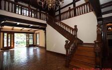Kiêng kỵ cầu thang trong phòng chính đối thẳng với cửa chính
