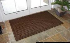 Dùng thảm chùi chân hoá giải khí xấu cho nhà ở
